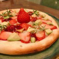 アボカドといちごのハニーゴルゴンゾーラピザ